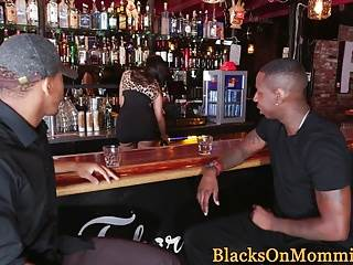 Sexy Mutter beim Interracialsex in der Bar hardcoresex